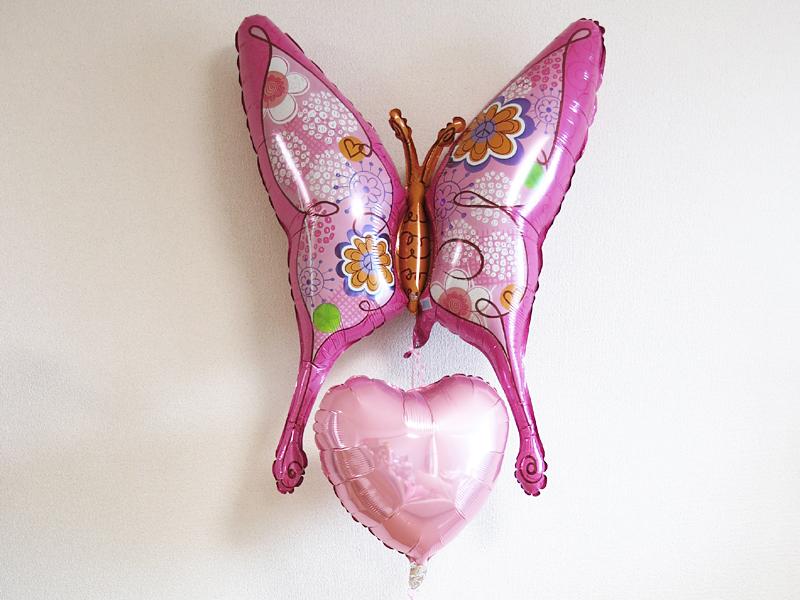 可愛い蝶々のバルーン電報 富山市の化粧品販売店